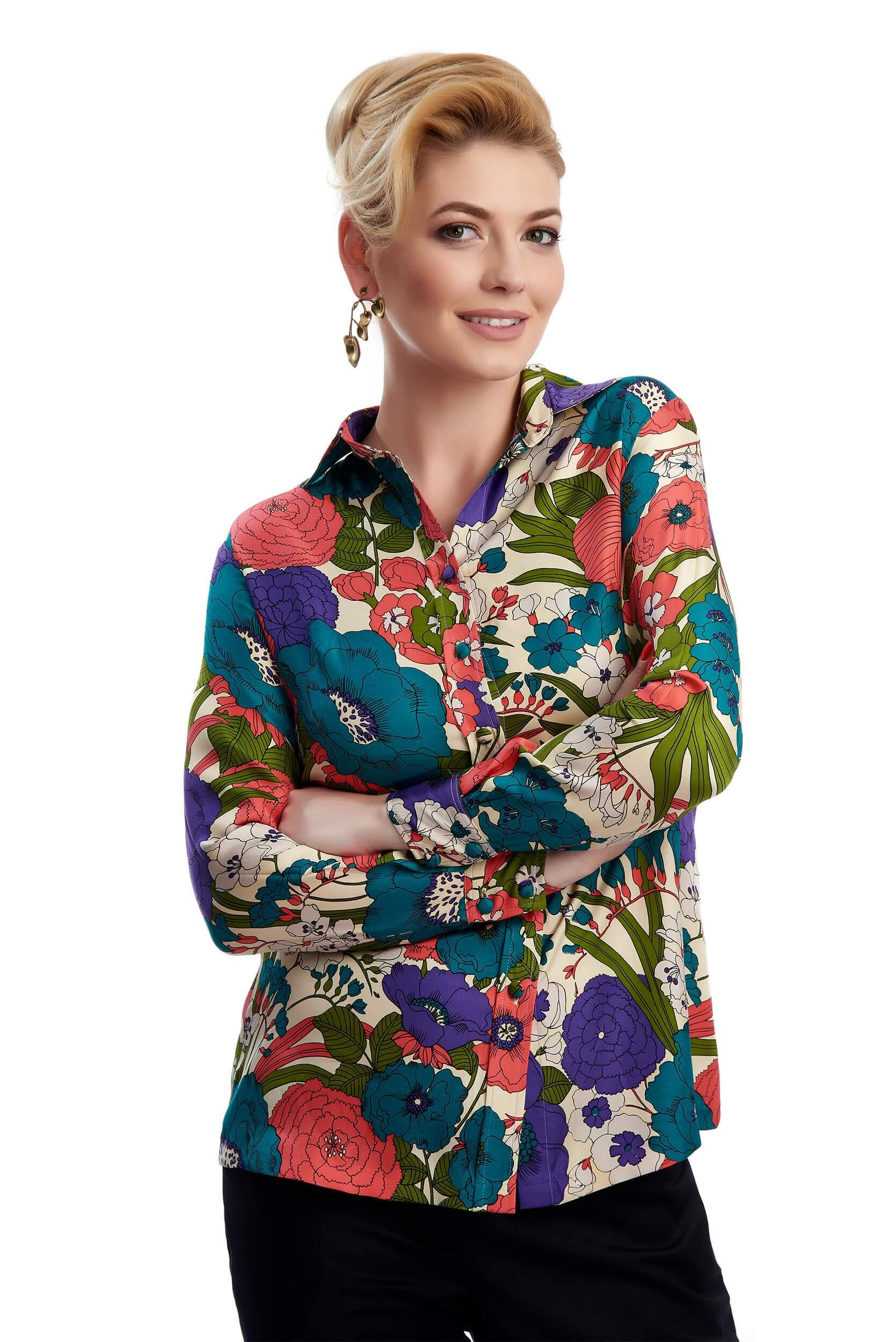 Woman wearing Thérèsa silk twill blouse with flowers