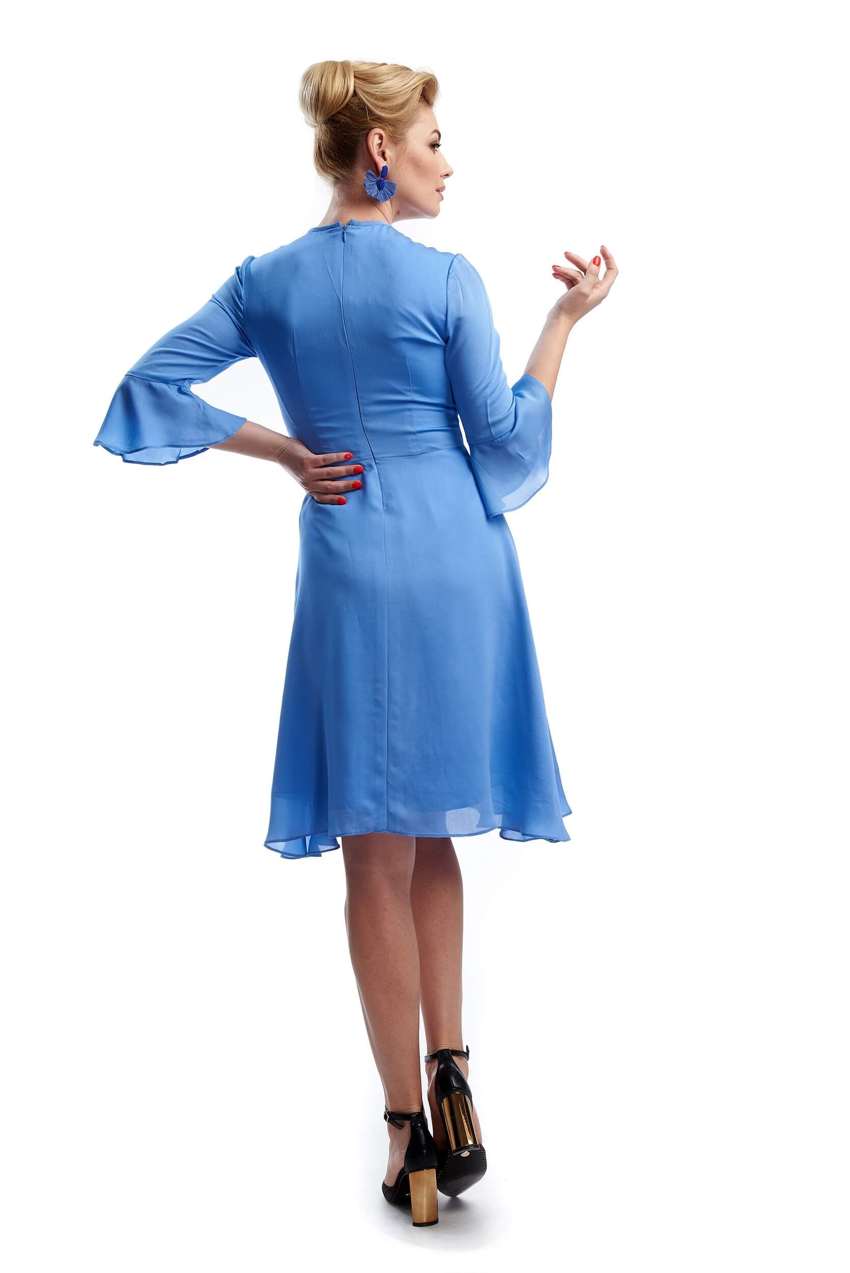 woman showing the back and aerial sleeves of eléanor silk dress